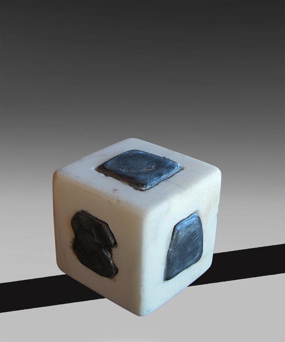 344-TOTEM -2020- marmo bianco Carrara | piombo 4 x 4 x 4 cm